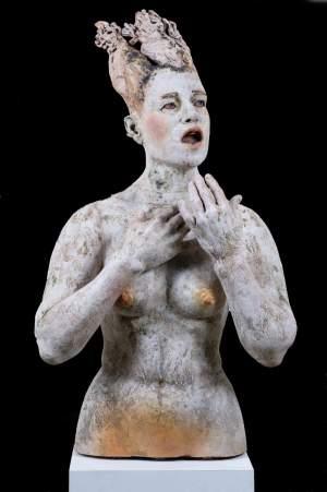 'Mujer de sal', Ana Rosenzweig ( Pastillaje de gres amb porcelana i òxids. Crema a 1260ºC, 105 x 60 x 45 )