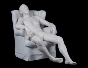'Parce que je rêve, je ne suis pas',  Morán Sociedad Artística ( Resina de poliester i pols de màrmol, 108 x 155 x 81 cm )